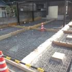 コンクリートの目地割りは敷地の大きさやカーポートの柱の位置、レンガ敷きのバランス・レンガ自体の大きさなどを考慮しながら総合的に決めるので単純じゃないんです・・・。