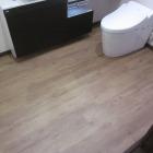 施工後。床はフロアータイル張り。掃除がしやすく強いので私はトイレと脱衣室ではこれを提案します。今回は滑りにくさも考え、表面に若干凹凸のあるものを採用。実際スリッパをはいてみても滑りにくかったです。
