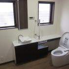 施工後。窓自体は既存のまま。鏡や手洗器がうまく納まるようにカウンタープランを設計しました。