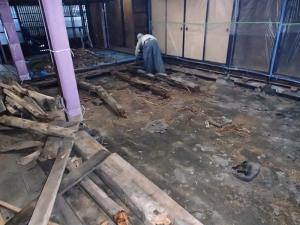 天井、壁、床を解体していきます。