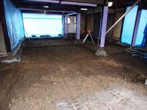 掘方:余分な土を漉き取ります