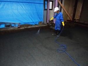 コンクリートを打つ前に白蟻対策用に土壌処理を行います