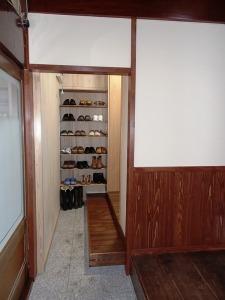 玄関の土間から通じる脇玄関を作りました。内装は無垢の切り板を使っています。
