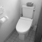 施工前。従来のトイレの洗浄水量は現在の2倍以上も使うんですよ・・・。多いですよねー。