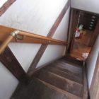 昔の急勾配の階段って上から見下ろすとこんな感じ。健常者でも手摺りがないと恐ろしいですよね。