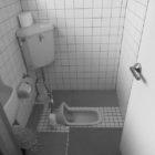 施工前。段差のない和式トイレでした。