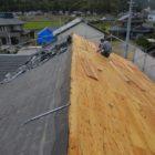 コロニアル屋根を撤去して、杉板を上張りします。